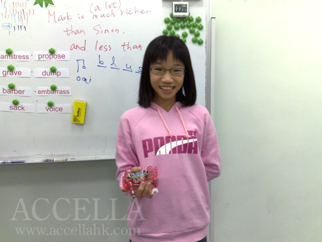 CocoC is telling us about the experience of assembling the battery-powered model with her father, an engineer.