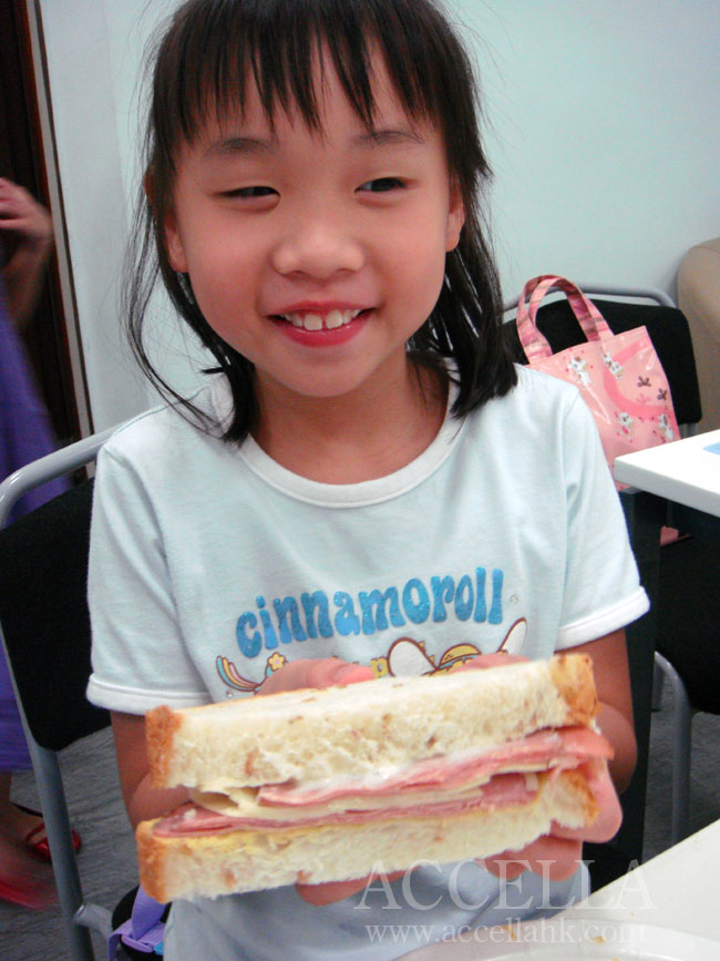 CeciliaC giving us a great view of the cross-section of her finished sandwich.
